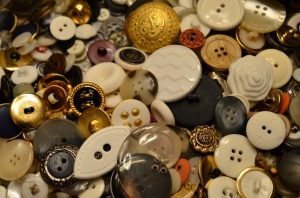 2013.08.28 Mom's Button Tin 008 (640x424)